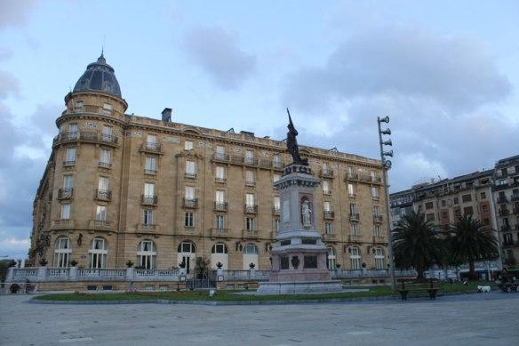 lost_in_la_concha_plaza_oquendo_donostia_san_sebastian_euskadi_pais_vasco