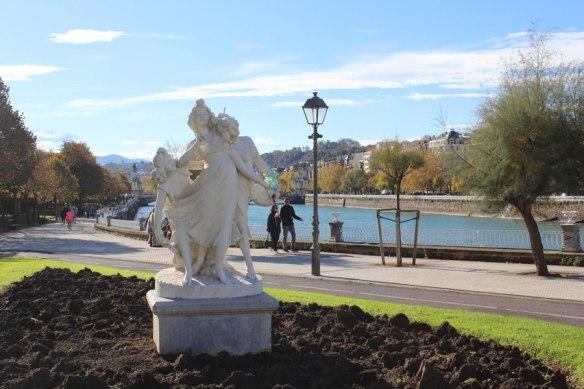 lost_in_la_concha_estatua_paseo_de_francia_donostia_san_sebastian_euskadi_pais_vasco
