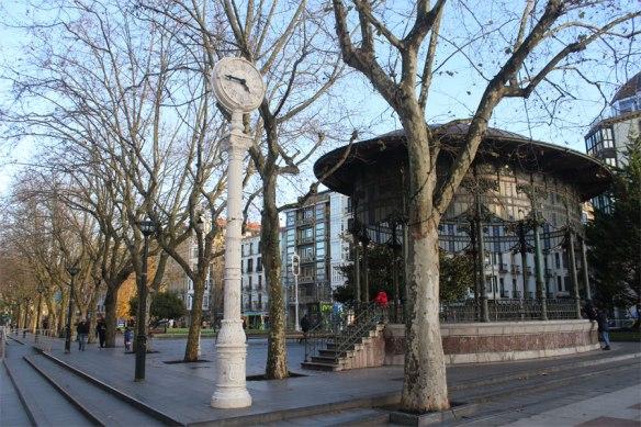 lost_in_la_concha_reloj_boulevard_quiosco_donostia_san_sebastian_euskadi_pais_vasco
